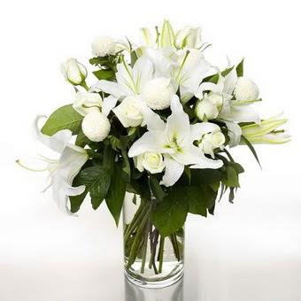 Bartın çiçek gönderme sitemiz güvenlidir  1 dal cazablanca 7 adet beyaz gül vazosu