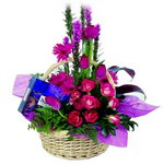 çikolata ve sepette çiçek   Bartın çiçek gönderme sitemiz güvenlidir