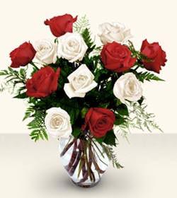 Bartın uluslararası çiçek gönderme  6 adet kirmizi 6 adet beyaz gül cam içerisinde