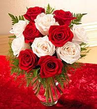 Bartın uluslararası çiçek gönderme  5 adet kirmizi 5 adet beyaz gül cam vazoda
