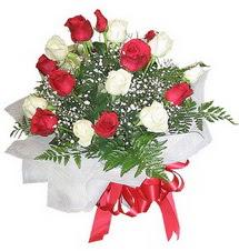 Bartın çiçek , çiçekçi , çiçekçilik  12 adet kirmizi ve beyaz güller buket
