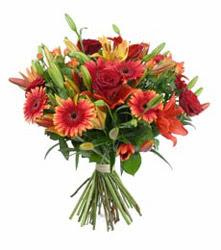 Bartın çiçek gönderme  3 adet kirmizi gül ve karisik kir çiçekleri demeti