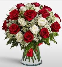 Vazoda 12 kırmızı 12 beyaz gül tanzimi  Bartın uluslararası çiçek gönderme