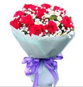 12 adet kırmızı gül ve beyaz kır çiçekleri  Bartın çiçekçi mağazası
